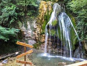 krasnaya-peshchera-i-vodopad-dzhur-dzhur